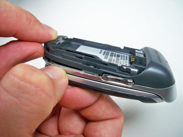 À l'aide de votre ongle, relevez le côté du boîtier autour du bas du téléphone pour libérer les cinq clips.