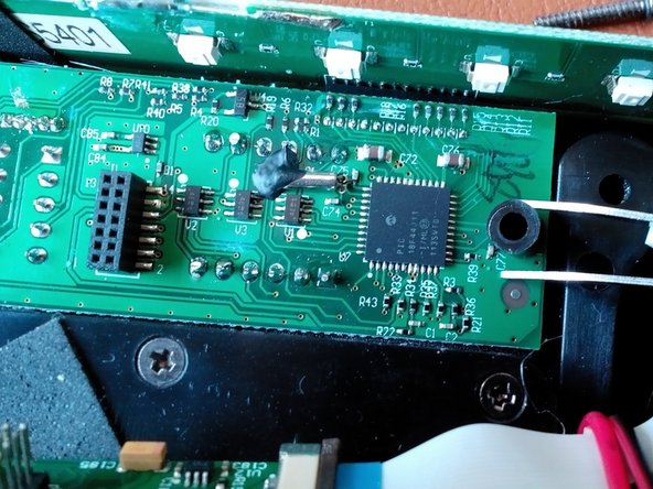Darunter kommen zwei schwarze Abstandshalter (Plastik) zum Vorschein. Die von Hand oder auch mit einer Pinzette entnommen werden können.