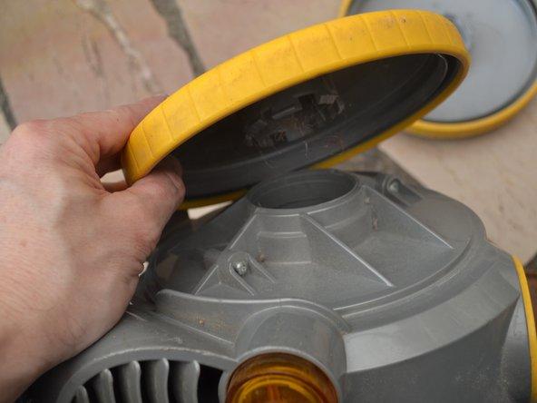 Les roues sont clipsées au corps de l'aspirateur.