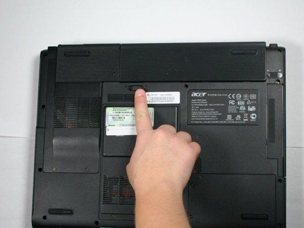 Deslice el botón que se encuentra debajo de la batería a la izquierda en la posición desbloqueada.