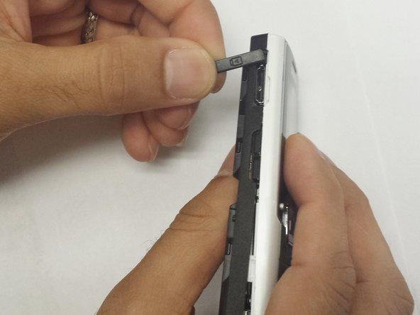 Retirez le couvercle du casque du côté gauche du couvercle en plastique noir.