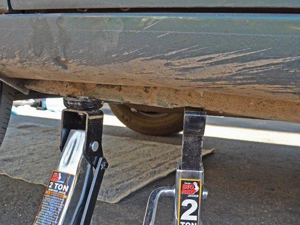 Levez le cric de façon que la voiture ne repose plus sur la chandelle.