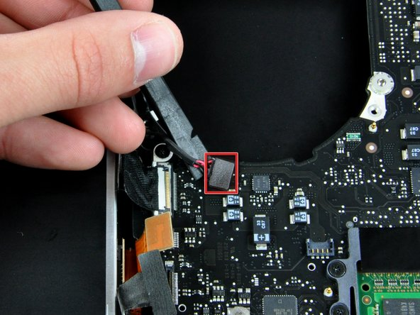 Verwende das flache Ende eines Spudgers, um das Subwoofer Kabel vom Logic Board nach oben zu hebeln.