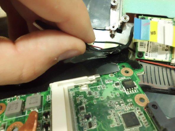 Quitamos la placa base del chassis, y removemos el cable de bus pegado con adhesivo.