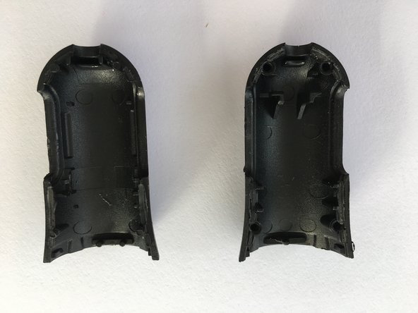 The two half-shells are not completely identical. When assembling, pay attention to the correct orientation. The small round pins fit into the corresponding holes. Before gluing with seconds glue, check the function in a 12V car socket.