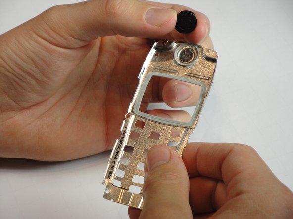 Retirez délicatement le haut-parleur du haut du cadre métallique.