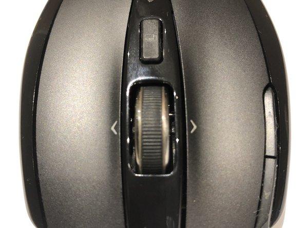 """Nachdem die, in Schritt 1 beschriebenen Schrauben entfernt wurden, läasst sich das Oberteil leicht vom Unterteil trennen und legt damit die """"Innereien"""" der Maus frei"""