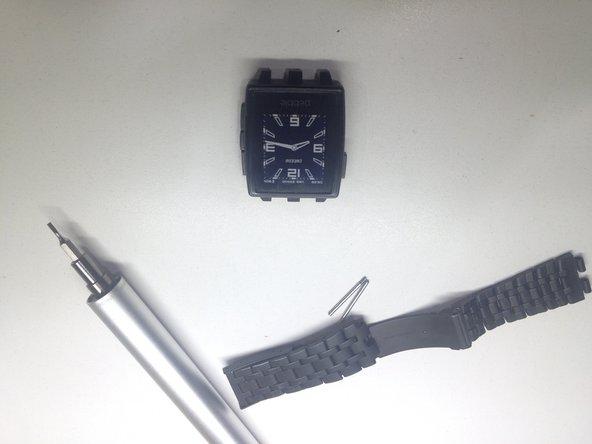 Por ultimo montamos el reloj invirtiendo los pasos. '++Es importante al colocar la tapa poner primero los dos tornillos de arriba y posteriormente los dos de abajo.' (Esto obliga a todo el chasis interno, ejerciendo asi una presion sobre el contacto de goma de la pantalla.)