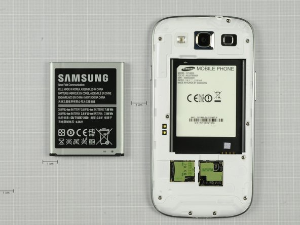 Much like in the Galaxy Nexus, we find a user serviceable battery in the Samsung Galaxy S III.