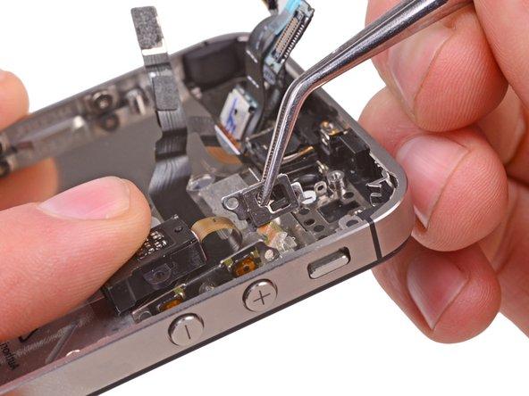 Ziehe den Stummschalter mit einer Pinzette vorsichtig weg vom äußeren Gehäuse.