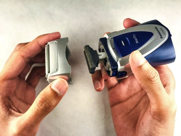Remove the razor guard by pushing its release buttons and pulling.
