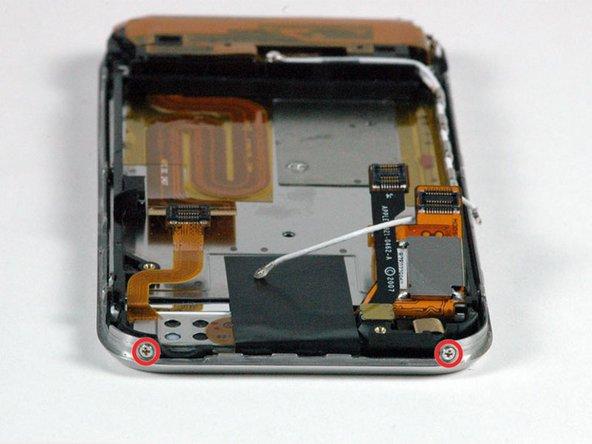 Drehe das iPhone um 90° und entferne die zwei Kreuzschlitzschrauben #00 an der Oberseite des iPhones.
