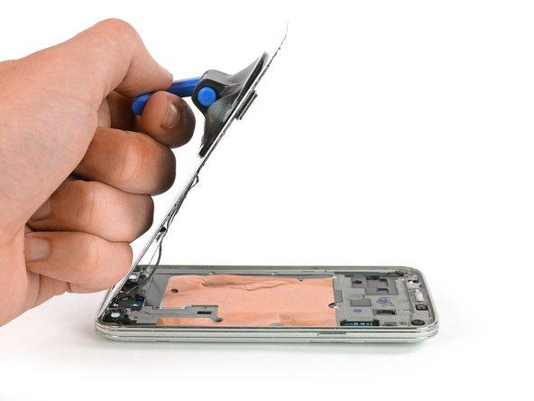 Usa una ventosa per sollevare il display dal telefono. Il connettore del cavo del pulsante home dovrebbe venire via con il display, attraversando una piccola fessura nel telaio centrale. Se non è questo il caso, aiutati con delle pinzette.