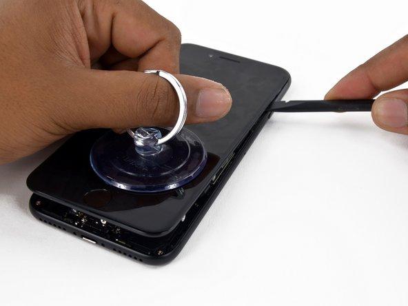 Tira verso l'alto la ventosa per sollevare il display e aprire l'iPhone.