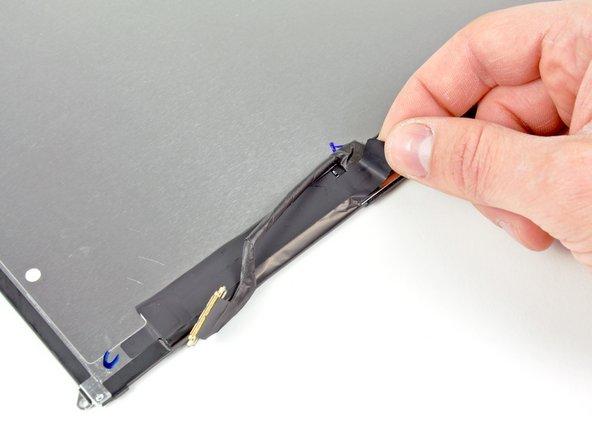 Entferne das Stückchen Tape, das den Stecker des Displaydatenkabels am LCD bedeckt.