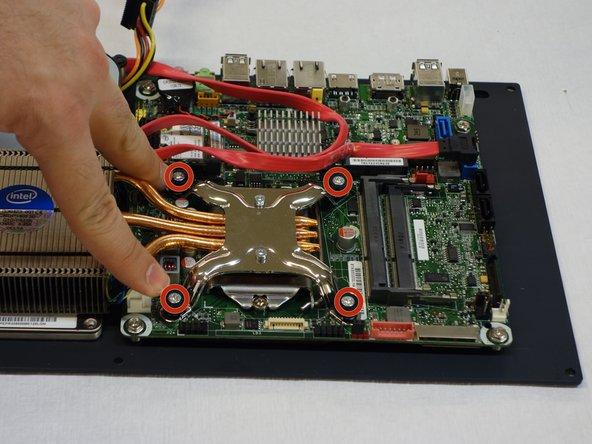 Dévisser, à l'aide d'un tournevis Phillips #2, les 4 vis qui maintiennent le radiateur du processeur en place.