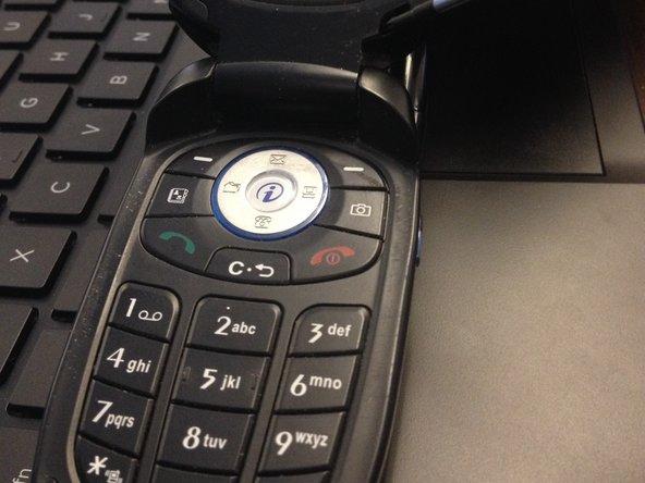 Retirez toutes les vis de l'arrière et à l'intérieur du téléphone en utilisant un petit tournevis cruciforme.