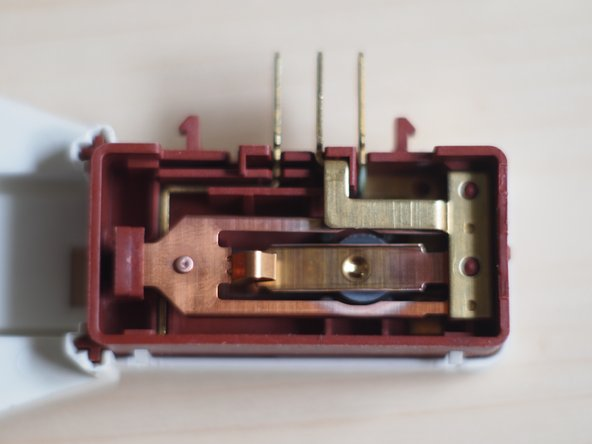 Image 1/1: Remove the top of the red housing. There are six snap-ins to open. Make shure you have removed the contact cover first! Again this is best done with a small flathead screwdriver or blade.