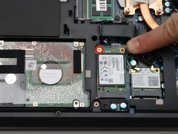 Dévisser la vis de fixation du SSD à l'aide du tournevis Philips #0.