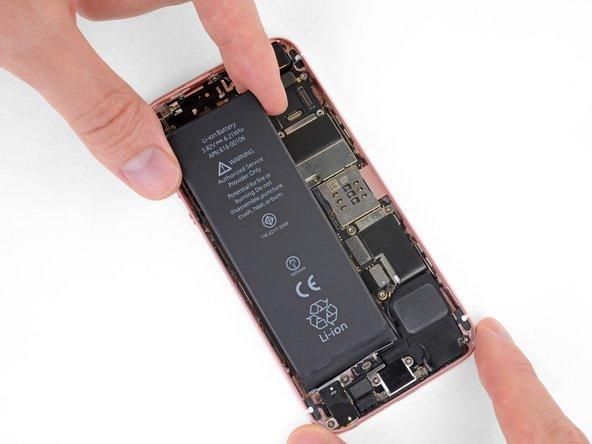 Avant de poser les nouvelles bandes adhésives, connectez temporairement votre nouvelle batterie et vérifiez son alignement dans l'iPhone.
