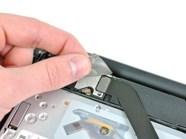 Décollez le morceau de ruban adhésif EMI qui recouvre le connecteur de la nappe AirPort/Bluetooth au-dessus du lecteur optique.