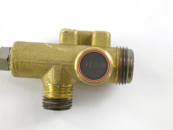 Beim Einbau darauf achten, dass der Stift am Ende der Düse in die Rille der Ventilspindel greift. Funktionsweise des Umschaltventils durch Drehen der Düse prüfen.