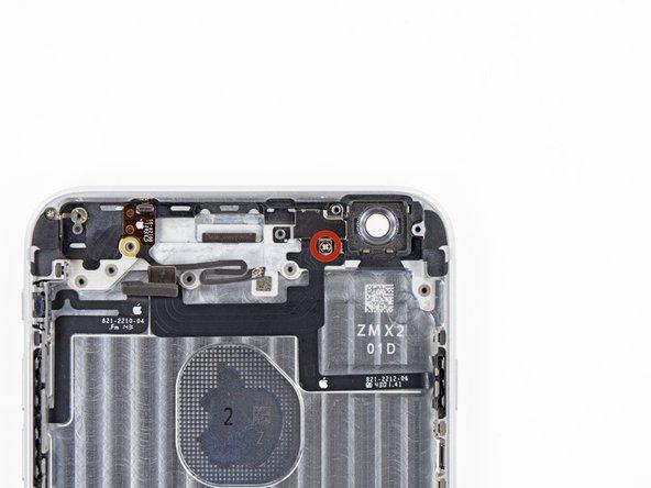 Retirez la seule vis cruciforme #00 de 1,3 mm fixant le support de la nappe du bouton home à la coque arrière.