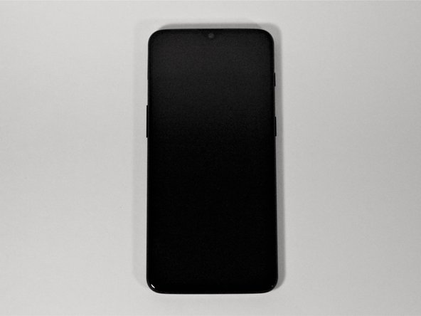 确保手机已关闭电源,并且后盖朝上放在稳定的表面上。