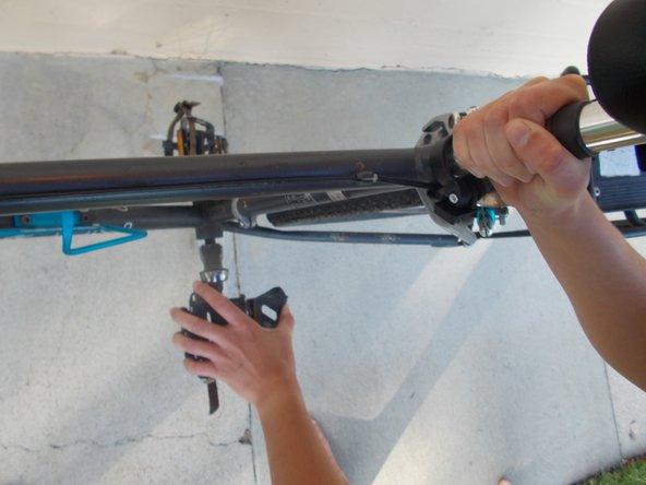 Si el Paso 1 no ha funcionado, bájate de la bicicleta y levanta la rueda trasera mientras giras los pedales con las manos.