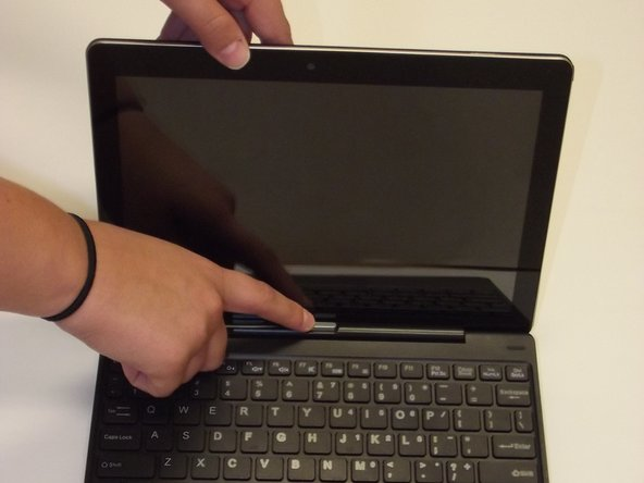 To begin, turn off the power to the device and remove the screen from the keyboard.