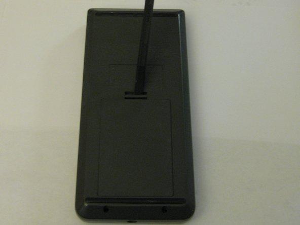 Retournez l'appareil pour accéder au couvercle de la batterie.