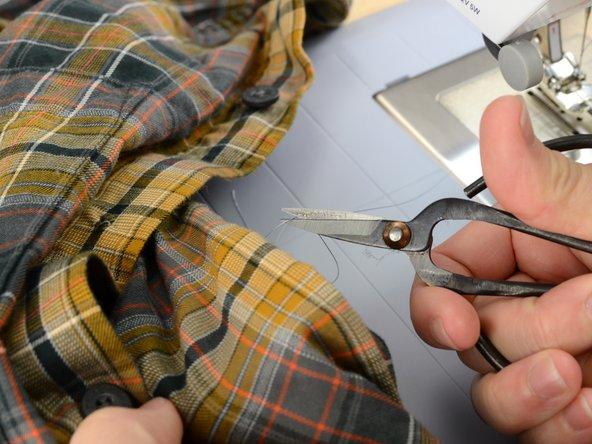 押さえ金を上げて糸を切りシャツをミシンから外します。