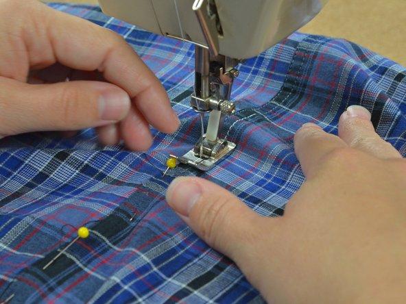 Piquez en suivant les points de la couture d'origine, sans oublier de retirer les épingles au fur et à mesure.