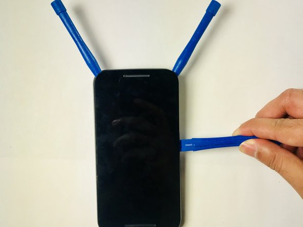 Apply the plastic opening tool on the edge of the screen near the front camera.