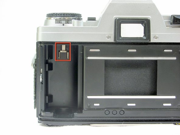 Do not close the film compartment. The compartment will not open without the film winding lever installed properly.
