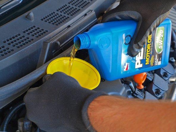 Schütte 3,76 Liter (4 US Quarts) an 5W-20 Öl in den Trichter.