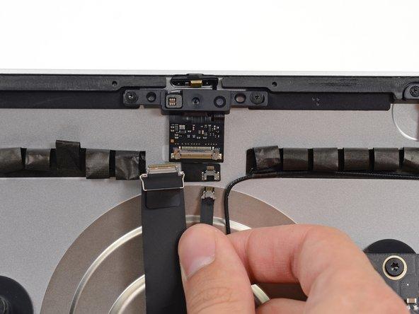 カメラ基板上のソケットからマイクコネクターの接続を外します。