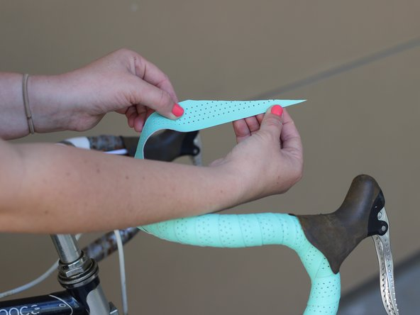 Cut the bar tape diagonally at an approximately 60 degree angle.