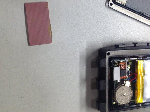 En este paso buscaremos una silicona disipadora de las que llevan los portatiles para el microprocesador. De no tenerla se podria utilizar un trozo de goma blanda, que no sobrepase los 0,65mm de grosor