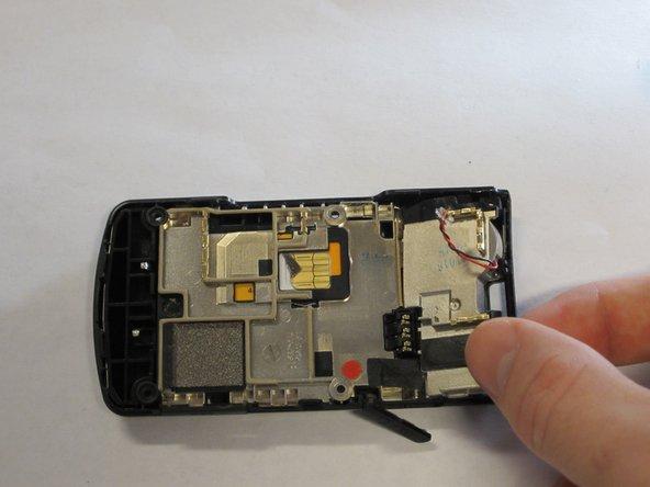 Retirez les composants du haut-parleur de l'arrière du téléphone en soulevant la partie supérieure à un angle de 45 degrés et en tirant sur.