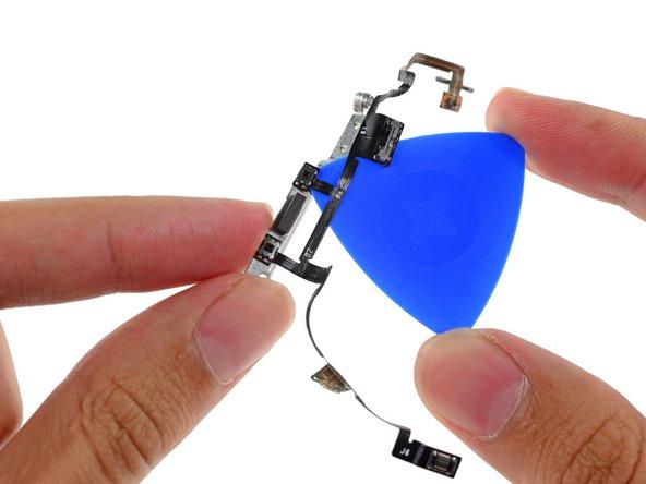 Utilisez la pointe du médiator pour décoller les boutons mécaniques de volume du support.