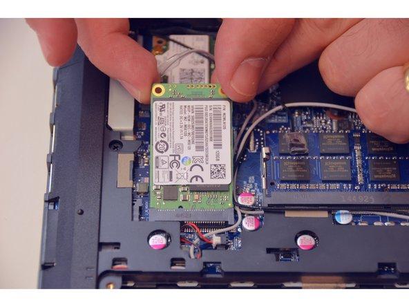 Retirer le disque SSD.