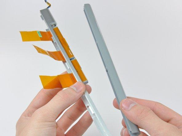 Retira la cubierta de la antena de la tapa del embrague, teniendo cuidado de no dañar los cables de la antena.
