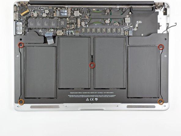 Der Akku ist mit fünf Torx T5 Schrauben am oberen Gehäuse befestigt. Drehe sie heraus: