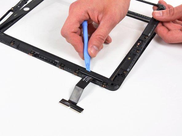 用热风枪将触摸排线两侧胶粘剂软化,小心不要熔化排线。
