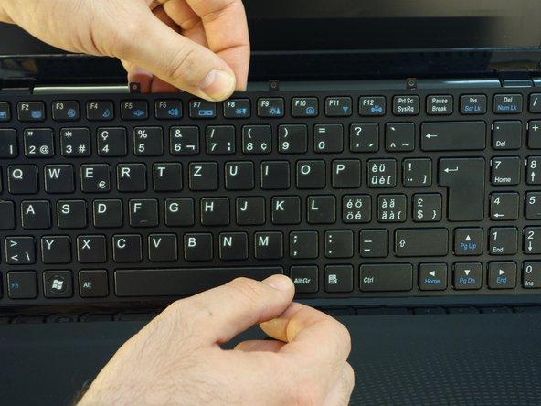 A l'aide du tournevis Phillips #1, dévissez les 5 vis qui fixent le clavier dans sa partie supérieure.