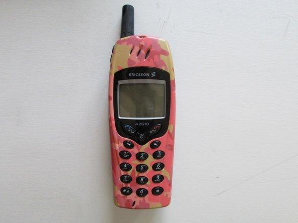 Nous commencerons par tourner le téléphone vers l'arrière en poussant sur le dessus du couvercle de la batterie, puis en tirant le couvercle comme indiqué.