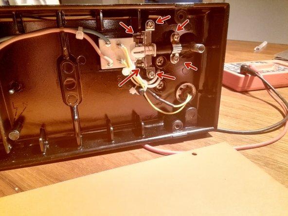 6 Kreuzschlitzschrauben lösen um an den Schalter zu kommen.