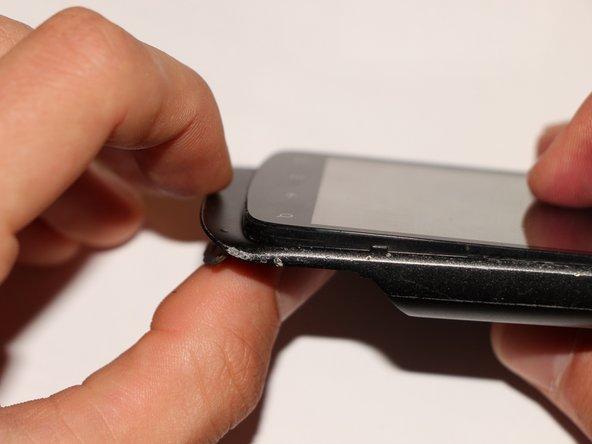 Jetzt kommt der schwierigste Teil des Unterfangens: den Aluminiumrahmen vom Rest trennen. Drehe dazu das Smartphone mit dem Display nach oben.