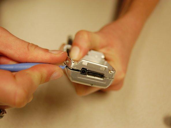 Utilisez l'outil d'ouverture en plastique et faites-le glisser autour du téléphone pour séparer l'avant et l'arrière du boîtier.